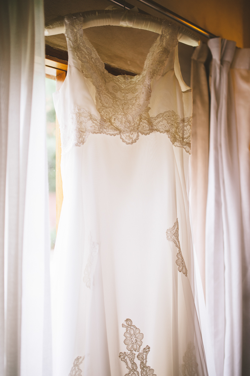 Intimate wedding in argentina at the bodega lagarde with for Banana republic wedding dresses
