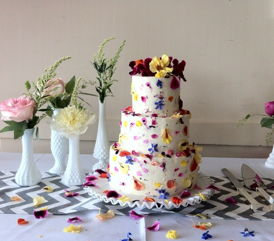 Wedding Cake Decorations Flowers Uk : How To Decorate A Wedding Or Celebration Cake With Edible ...