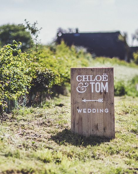 Stylish (& Helpful) Signage For Your Wedding Day