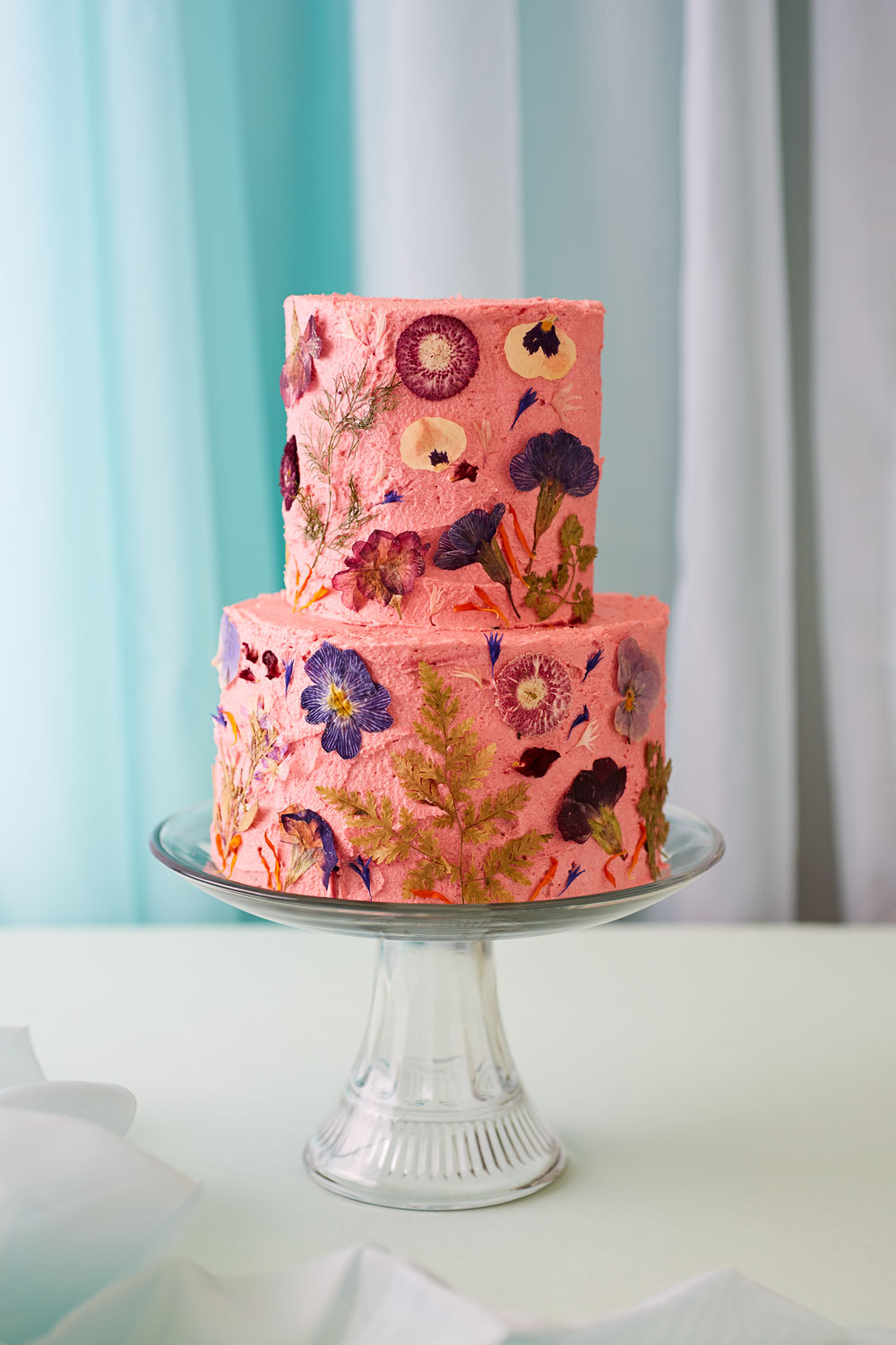 How To Decorate A Wedding Or Celebration Cake With Edible ...