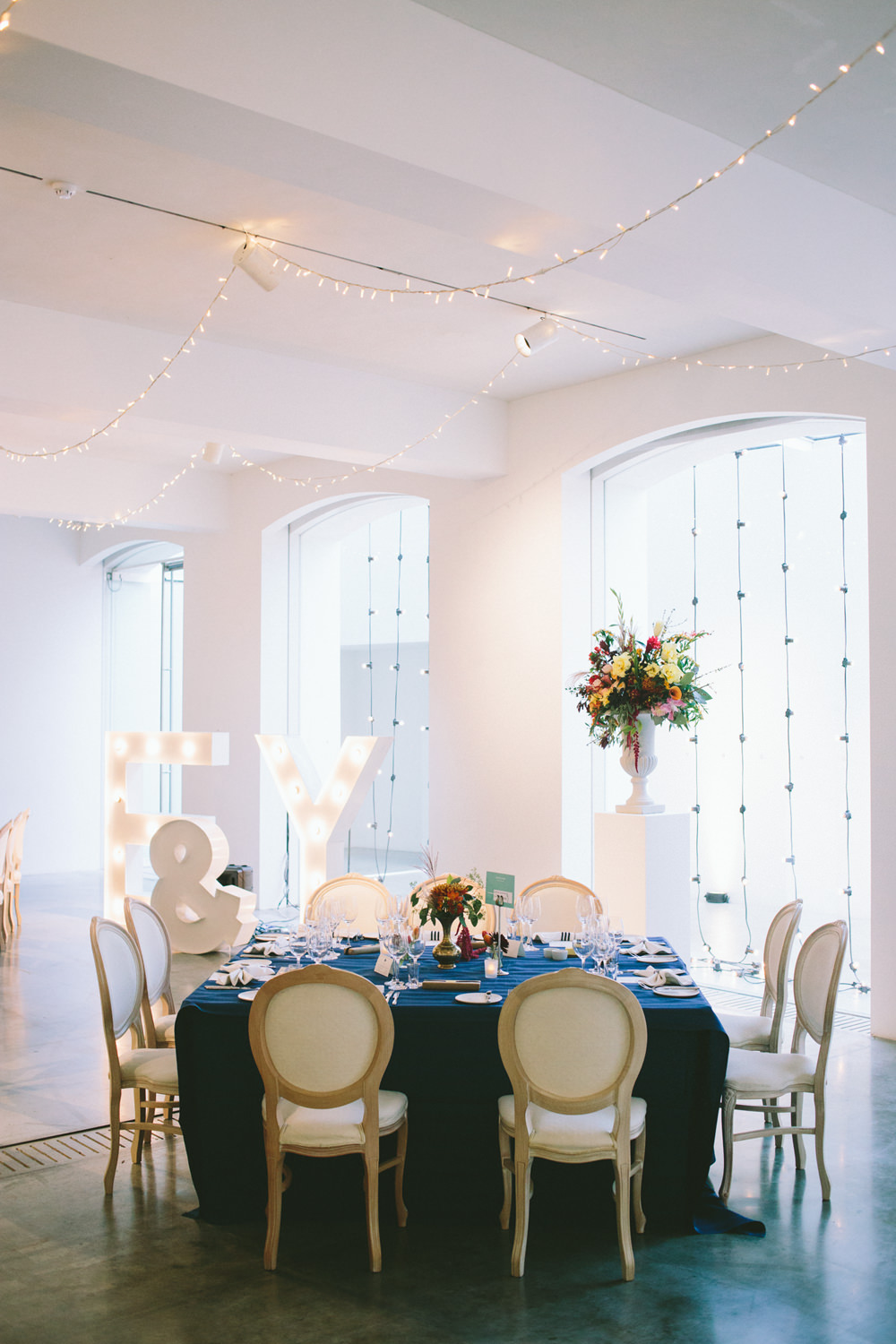 A chic city wedding in London\'s West End with a navy, gold & pink ...