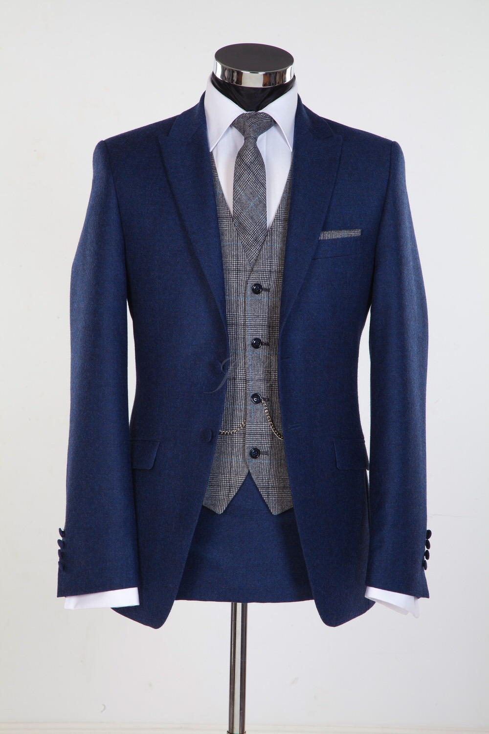 Wedding trends for grooms for 2015 from gentlemens for Blue suit shirt ideas