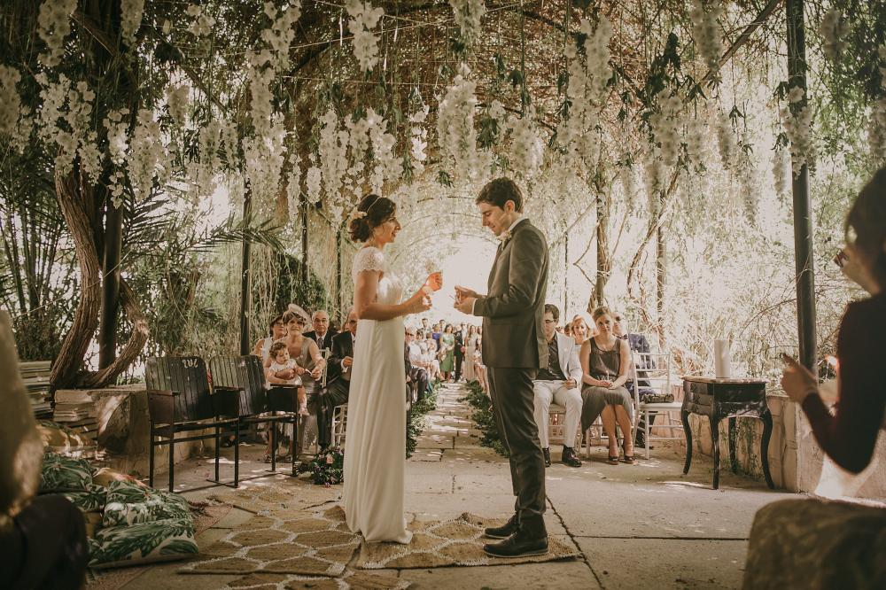 Outdoor wedding in alicante with bride in laure de sagazan for Jardines de abril