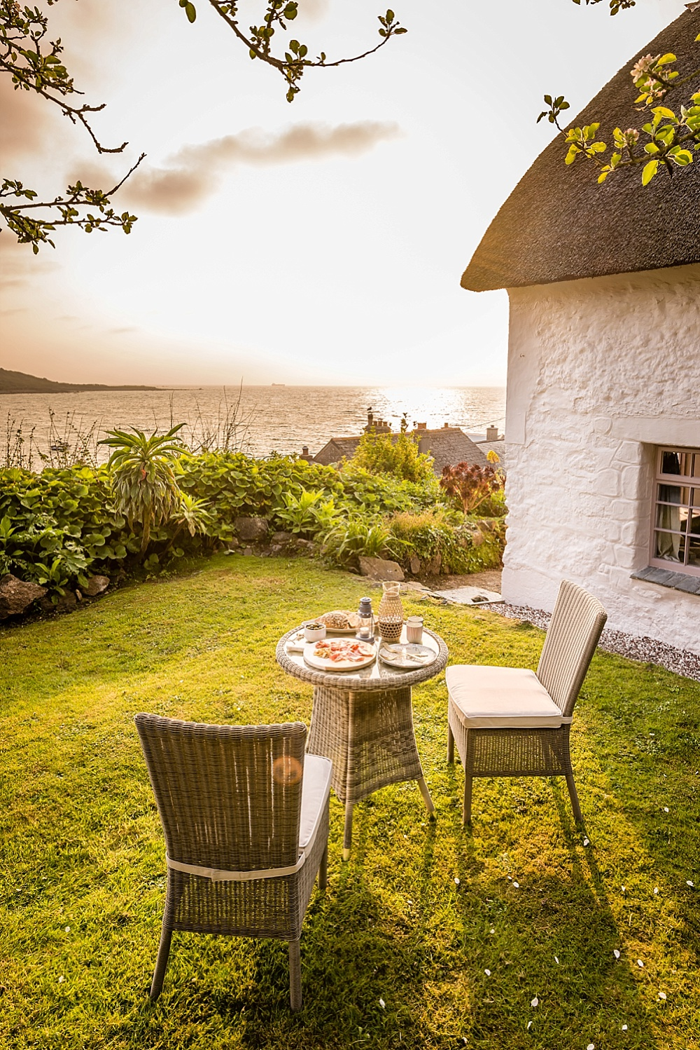 win a luxury minimoon at romantic coastal cottage in cornwall. Black Bedroom Furniture Sets. Home Design Ideas