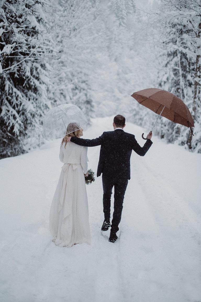 воспользоваться фото свадеб зимой со спины смотря